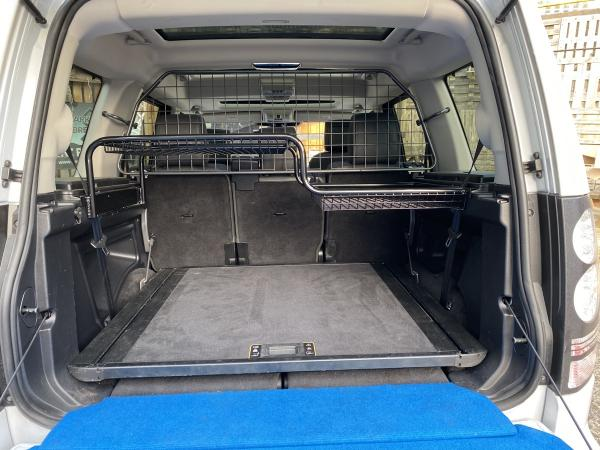 Kofferraumkorb mit zwei Höhen, links